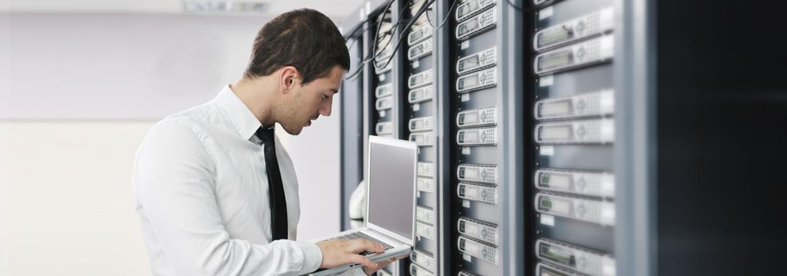 Profesional experto protegiendo servidores informáticos