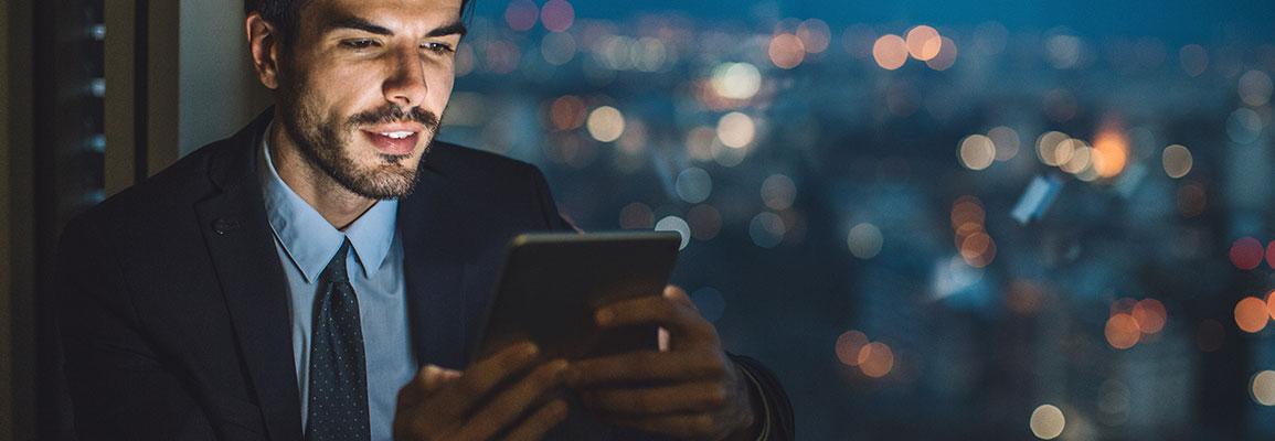 Hombre estudiando online delante de un ordenador